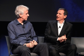 James Cameron et Bob Iger expliquent à l'assemblée les principaux points de l'accord AVATAR