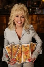 La co-propriétaire de Dollywood, Dolly Parton, avec les 5 Golden Ticket Awards remportés en 2012