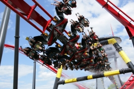 This configuration allows to amplify the experience thanks to the large rotations of the trains. Photo: X-Flight at Six Flags Great America.
